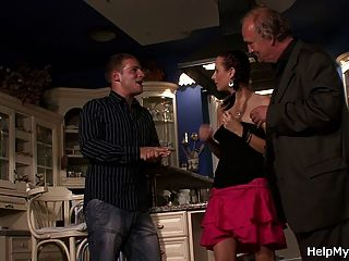 체코 여자는 그녀의 남편 친구에 의해 범해진다.