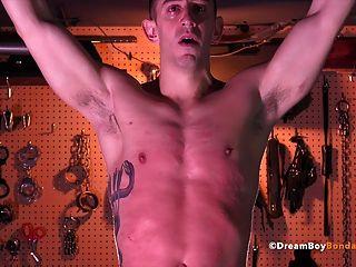 그는 게이 노예가 될 때까지 근육 스터드 채찍질