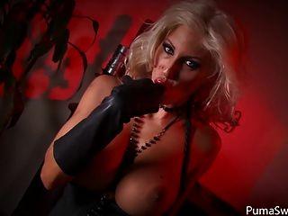 devilish blonde puma swede 그녀의 고양이 손가락!