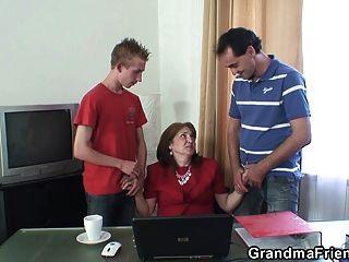 사무실에서 뜨거운 할머니 삼인조