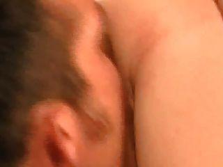 마른 작은 걸레가 그녀의 젖은 음부에 박제를 가져옵니다.