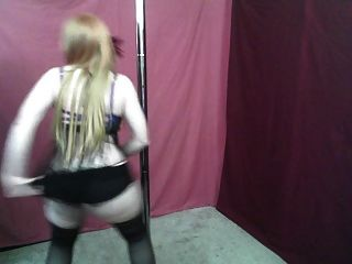 마스크 된 빨간 머리 milf 춤 (비 누드)