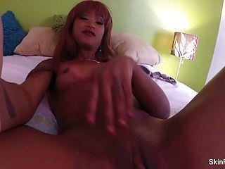 호티 피부 다이아몬드 장난감 침대에서 그녀의 꽉 음부