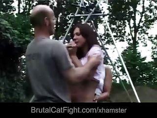 고양이 싸움을 일으키는 겁쟁이 녀석이 힘들어하고 망할