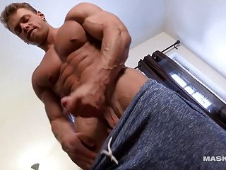 그의 거대한 근육과 거시기를 과시 brad 마더 보드!