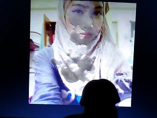 무작위로 천사 예쁜 hijab 여자에게 공물을 삼킨다.