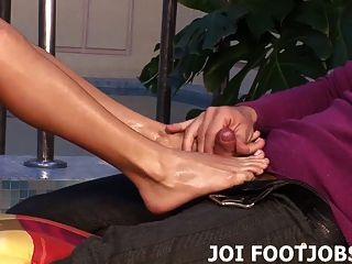 섹시한 발밑에 정자를 뿌리세요.