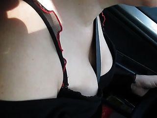 빨간색 스타킹 병아리 운전 차를 탑승
