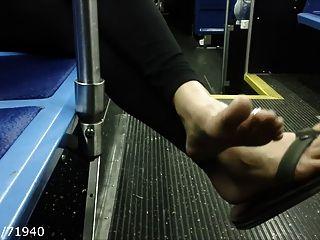 솔직한 발가락과 발바닥은 공공 버스에서