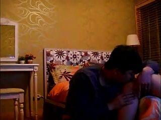그는 그녀의 음부에서 그의 정액을 먹는다.