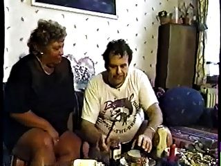 회색 머리를 가진 독일 할머니는 남성 파트 2에 의해 야외에서 엿