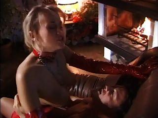 금발은 그녀의 남편을 놀라게하고 좋은 씨발을 준다.