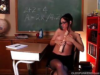 란제리의 장난 꾸러기 멍청이 교사가 그녀의 몸을 담근 채 젖은 걔 집 애 먹는다.