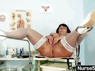 거대한 가슴의 유부녀 간호사가 그녀의 큰 멜론을 과시합니다.
