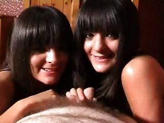 쌍둥이 자매가 작은 수탉을 빠는