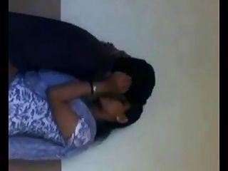 인도 대학생 나머지 방 (욕실)에서 로맨스