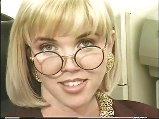 안내 원은 사무실에서 흥분을 느끼고 딜도 라구 딜도로 그녀의 새끼를 씹습니다.