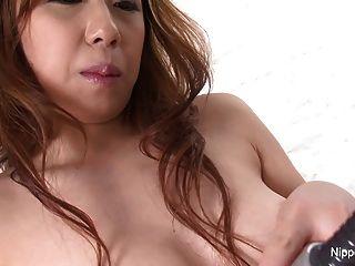 귀여운 일본 사춘기가 그녀의 털이 많은 음모를 면도 한 다음 자위 행위를합니다.