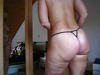 흰색 엉덩이 스트립 및 춤 소녀입니다.
