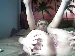 그녀의 엉덩이와 함께 연주하고 보여주는 처진 가슴을 가진 할머니
