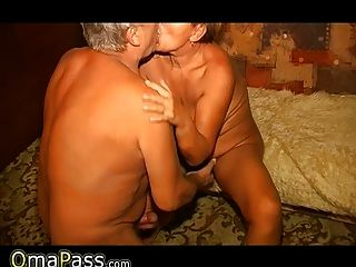 할머니와 할아버지가 섹스를 즐기고 있습니다.