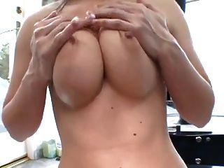 큰 가슴을 가진 뜨거운 소녀는 샤워 한 후에 좆된다.