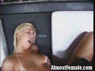 섹시한 여자 친구가 술집에서 남자와 여자를 엿 먹인다.