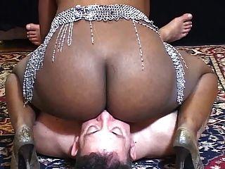 그녀의 검은 엉덩이 청소