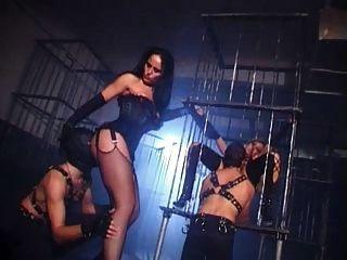 영국의 걸레 다니엘이 지하 감옥에서 잤다.