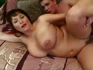큰 가슴 엄마와 그녀의 계부