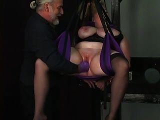 노예는 로프에 묶여 있고 dom은 그녀의 음부에 장갑을 박았습니다.