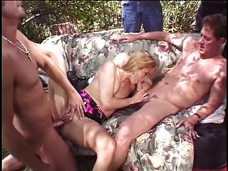 금발 아내는 남편 앞에서 두 개의 스터드에 의해 엿 보인다.