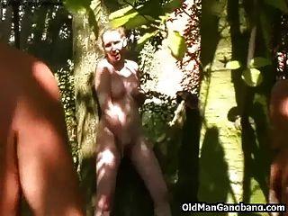 늙은이는 숲에서 귀염둥이를 엿 먹어.