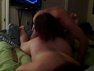 침대에서 섹스를하는 눈가리개 소녀