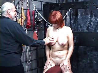 속박 된 노예 인 노예가 그녀의 가슴을 단단히 조여 준다.