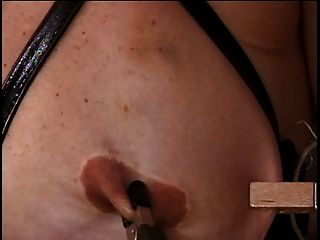 성숙한 w 큰 가슴에는 그녀의 젖꼭지가 그녀의 주인에 의해 괴롭혔다.