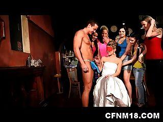 섹시한 사춘기 sandra와 프라하 클럽에서 멋진 cfnm 암탉 파티