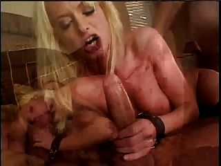 섹시한 표백 한 금발 그녀의 목구멍 아래로 긴 수탉을 누른 다음 씨발 걸립니다