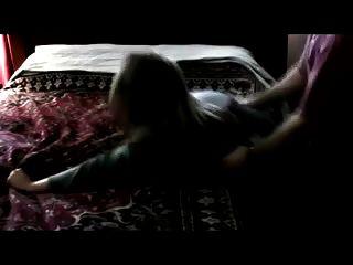 어리석은 암캐에 대한 잔인한 항문. 그녀는 전에 결코 볼 수 없었던 크림