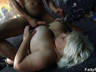 그는 그녀의 거대한 가슴과 뚱뚱한 여자를 강타합니다.