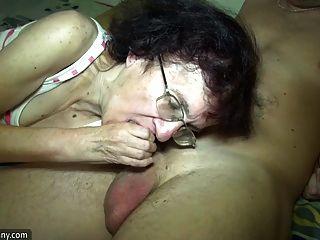 어린 소녀와 늙은 할머니는 욕실에서 재미를 가지고있다.