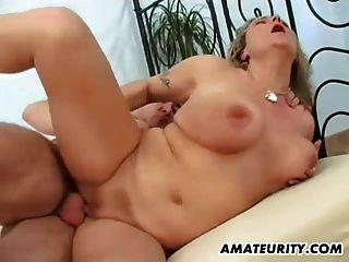 Busty 아마추어 엄마는 얼굴을 빨고 섹스를한다.