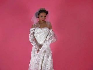 에로틱 한 애타게 001 갈색 머리 신부가 그녀의 드레스에서 벗겨 내다.