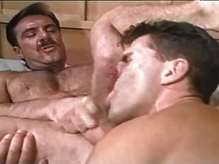 글렌은 빈티지 아빠를 조종한다.