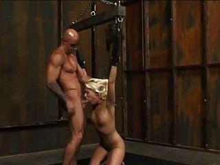 금발의 노예가 묶여서 망했어.