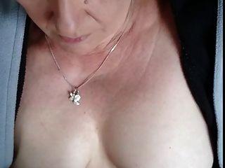 #homemademature 귀여운 엄마가 가슴에 정액과 정액을줍니다.