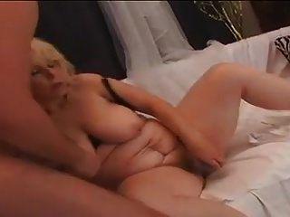 흥분한 할머니가 집에서 라이언에게 열심히 강타 당한다.