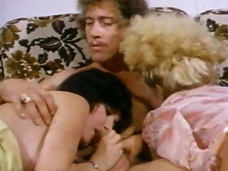 몸집이 작은 금발의 부랑자는 침대에서 존 홈즈를 탄다.