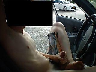 주차 된 차에서 잭을 꺼내 라.