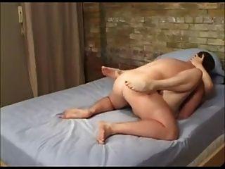아내는 하얀 엉덩이에서 그것을 좋아합니다.